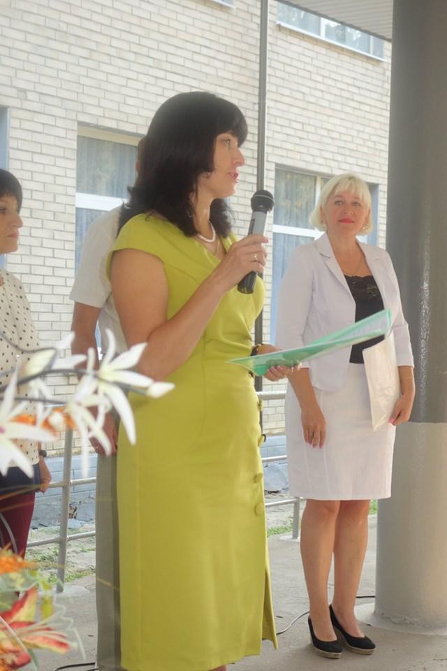 Наказ про зарахування учнів до 1 класу зачитує ЗДНВР О. В. Демченко.